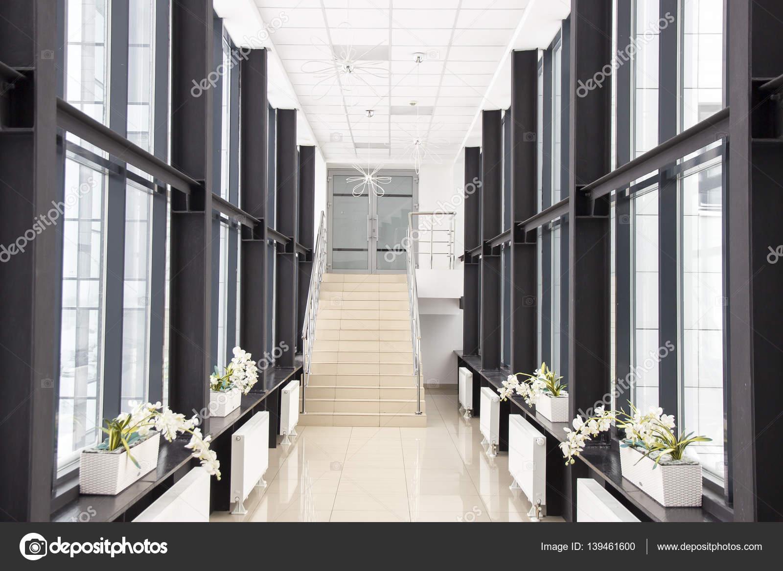 couloir espace bureau sans que les gens avec escalier menant au deuxi me tage photographie. Black Bedroom Furniture Sets. Home Design Ideas