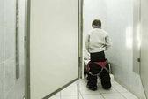 Fotografie im Toilettenjunge pisst in Toilettenschüssel