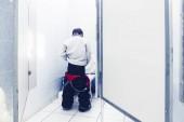 Fotografie pinkeln junge im öffentlich toilette cubicle
