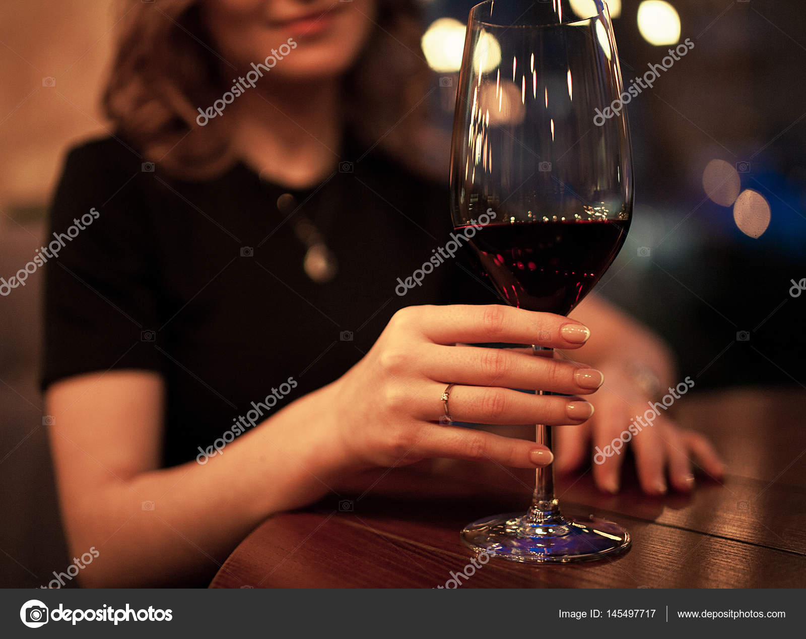 Junge Frau Mit Verlobungsring Am Finger Halt Glas Stockfoto
