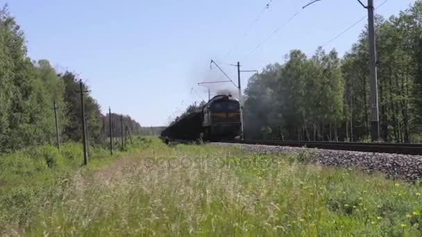 Nákladní vlak, se pohybuje, jezdí, doručí náklad
