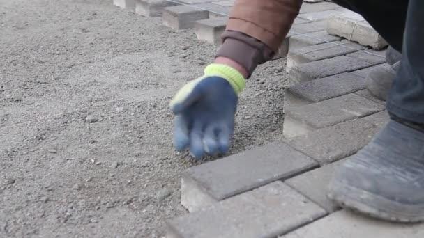 Pracovníkovi, aby nový chodník dlažba s kamennými kostkami. Oprava chodník. Zednické práce