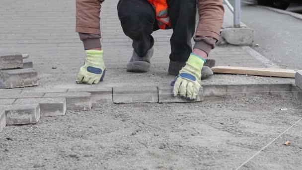 Pracovníkovi, aby nový chodník dlažba s kamennými kostkami. Oprava chodník. Zednické práce.