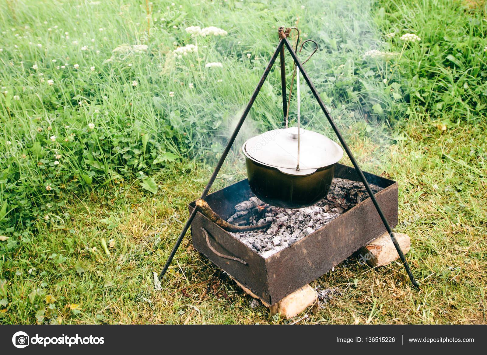 cucina da campo. la pentola sul fuoco. cucinare la zuppa all'aperto