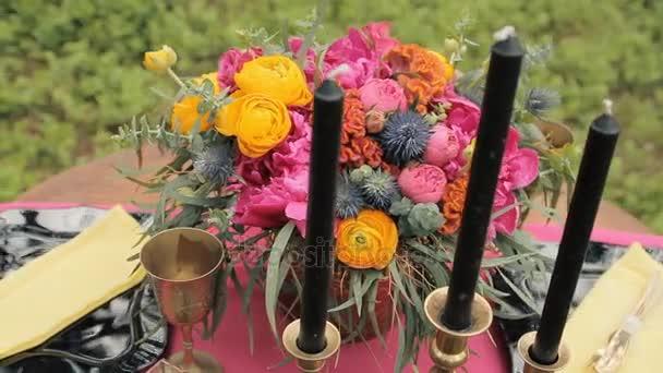 Zblízka bílý vintage svícen na stůl svatební zdobené v lese. Romantická večeře v lese