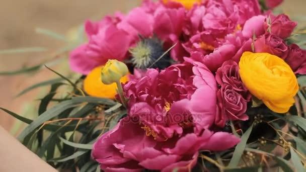 Krásné světlé květy v kytici. Boho styl, svatba.