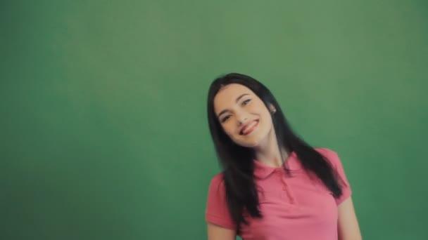 Vítěz, úspěch konceptu. Šťastná žena radost slaví úspěšný křiku. Zelené pozadí, léto