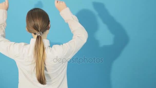 Achteraanzicht van brunette met paardenstaart en lang haar en haar
