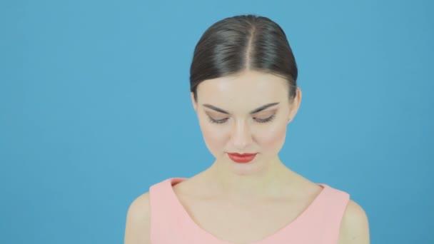 Mosolygó gyönyörű tökéletes friss tiszta bőr nő portréja. Ifjúsági és bőr Care koncepciót. Kék háttér stúdióban elszigetelt.