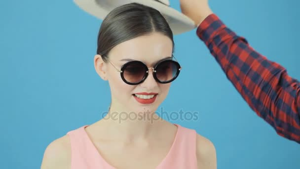 Profesionální Model během sada fotek. Módní portrét Sexy ženy s smyslné červené rty v bílém klobouku a růžové šaty