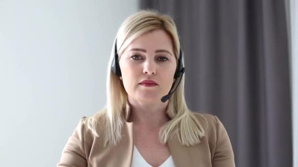 Egy fiatal nő fejhallgatós konferenciát visel, ami laptopbeszélgetésekre hív online tanárokat, tanulnak, otthonról dolgoznak. Női diák és tanulás segítségével számítógépes webkamera chat jegyzetel. Távolsági oktatás koncepciója