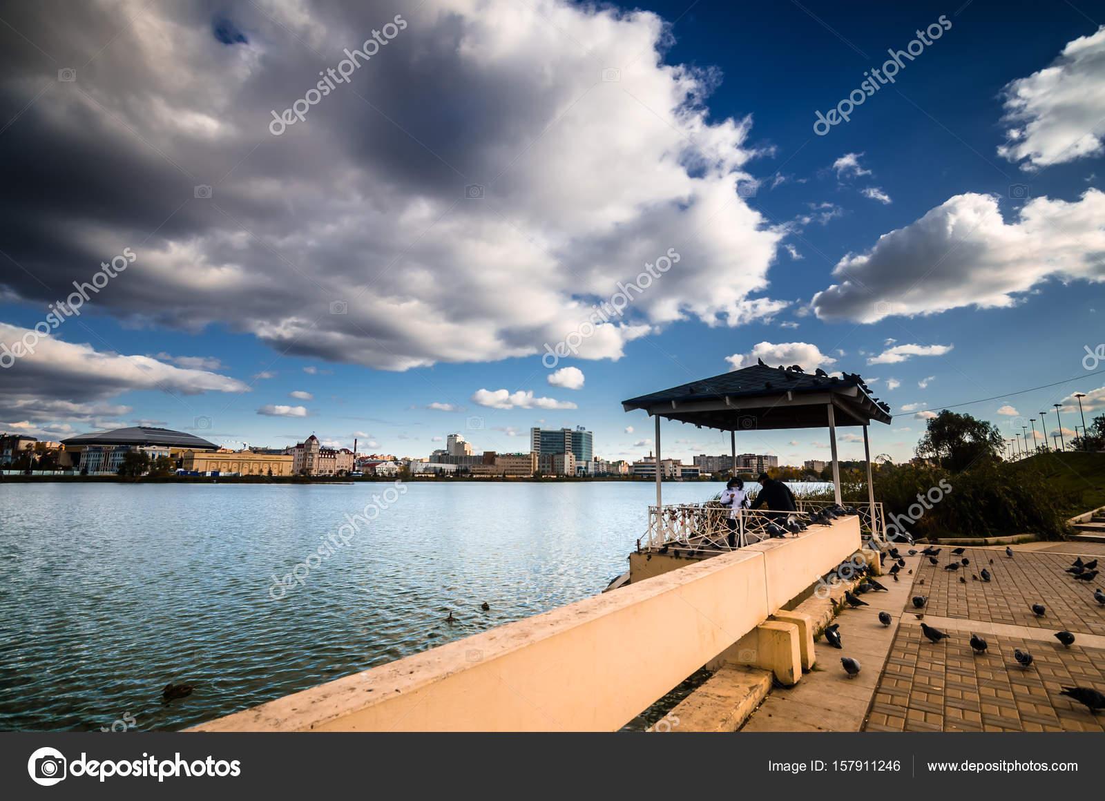 Terraza Sobre El Lago En Día Soleado Foto De Stock