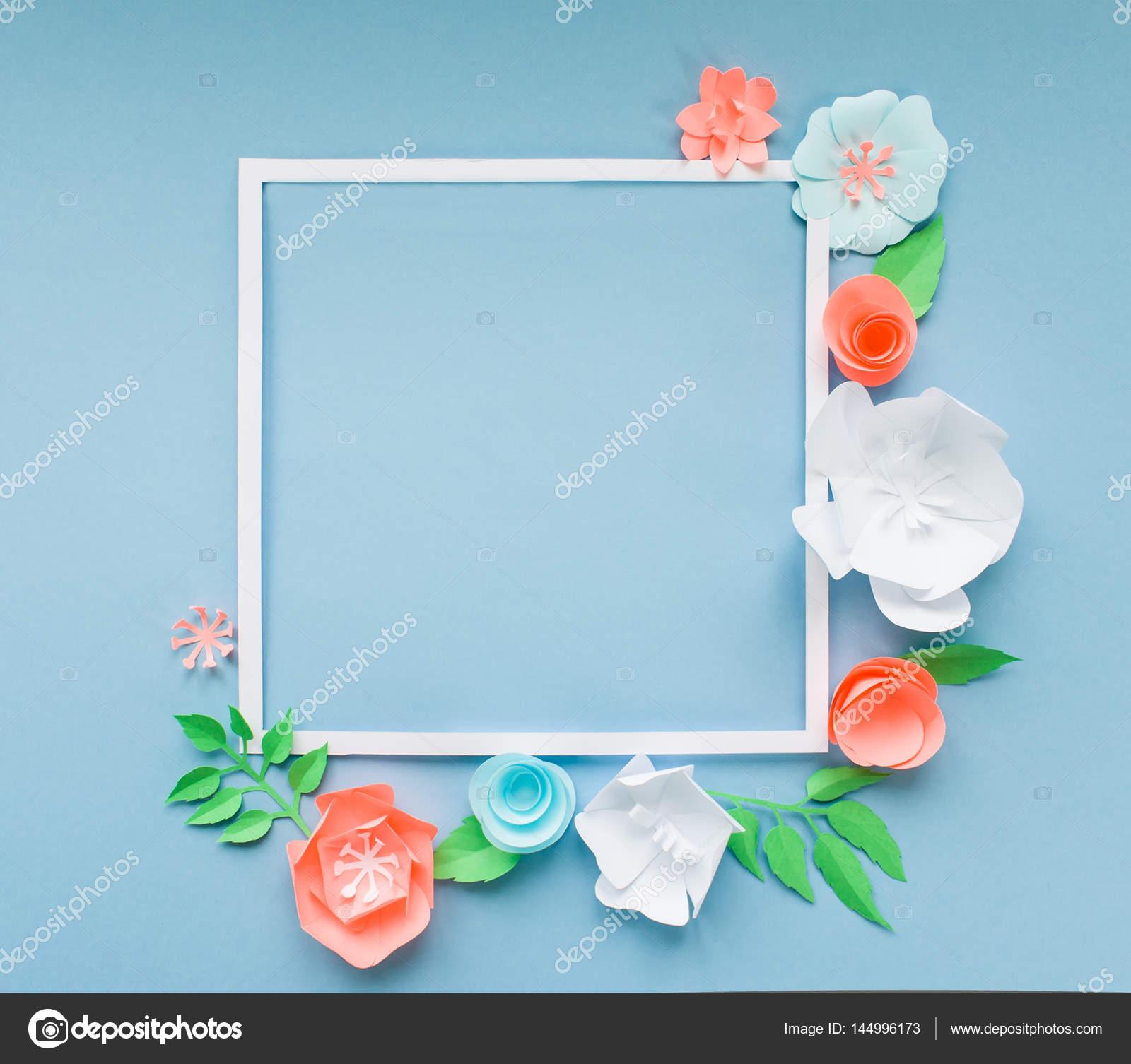 quadratischen Rahmen mit Farbe Papierblumen auf blauem Hintergrund ...