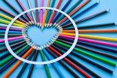 Absztrakt életlenítés háttér. Pasztellkréta heart - szív alakú készült színes ceruzák