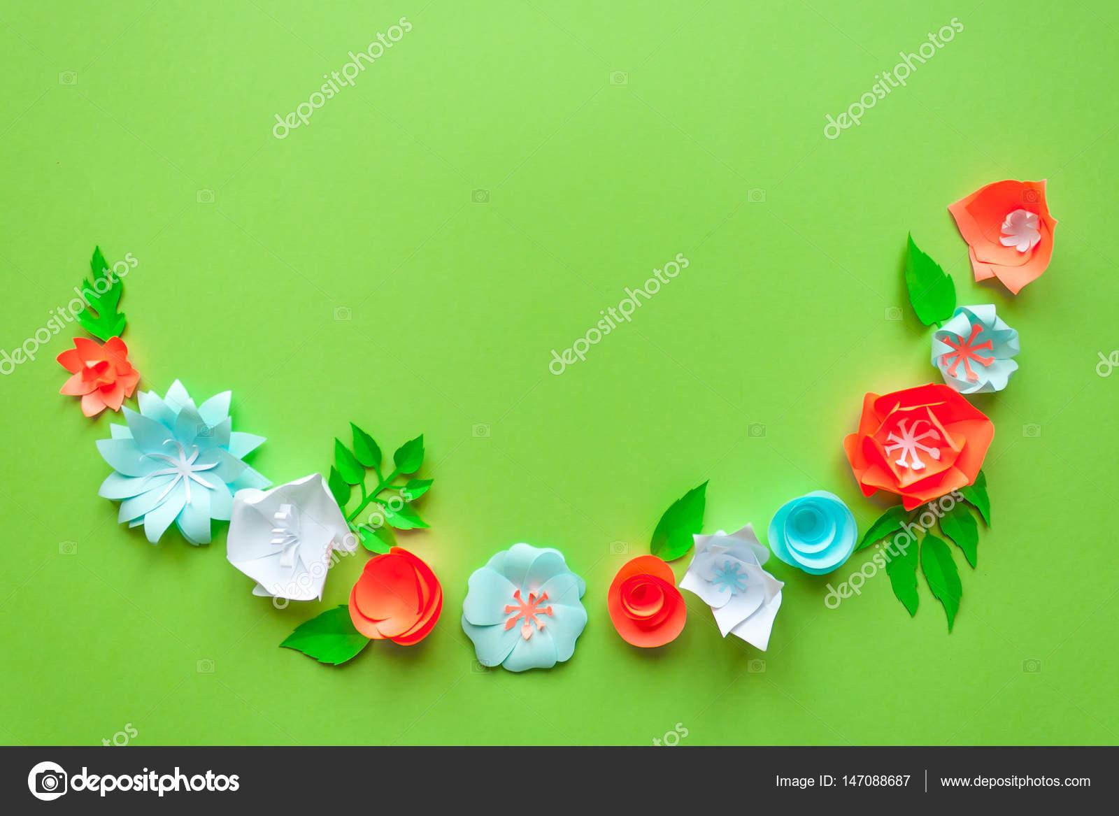 Cornice Con Fiori Di Carta Di Colore Sullo Sfondo Verde Piatto
