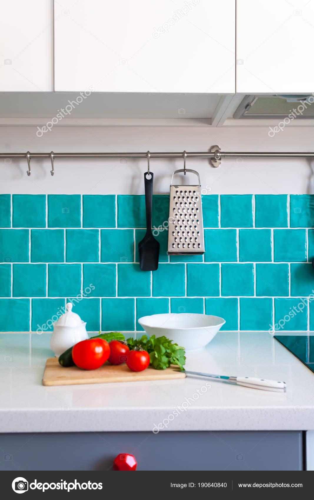 Küche Verfügt über Dunkle Graue Flache Schränke Gepaart Mit Weißem Quarz  Arbeitsplatten Und Eine Glänzende