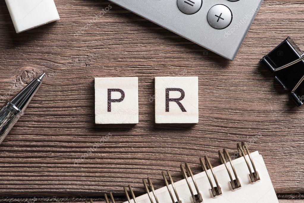 Werkruimte bureau met de letters in het woord pr verzameld