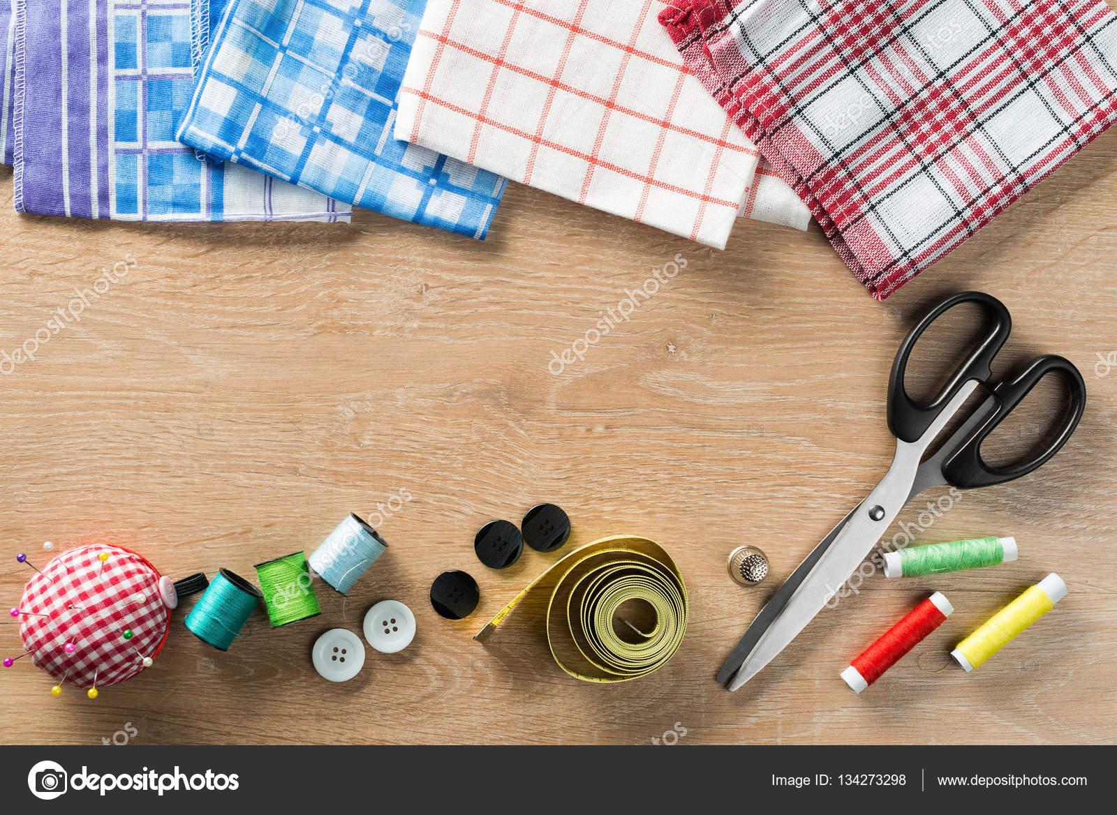 Nähzeug am Tisch — Stockfoto © Khakimullin #134273298