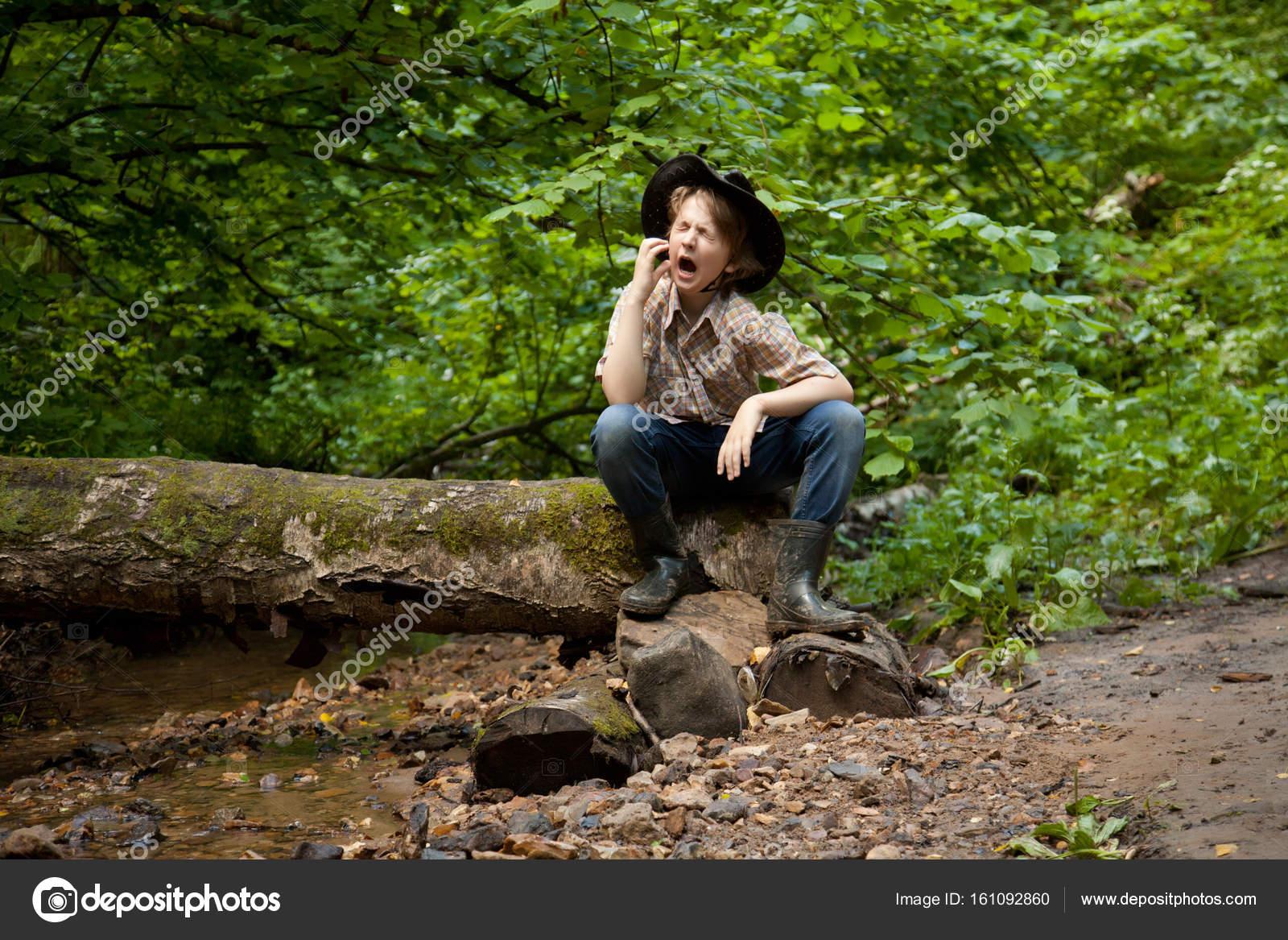 Niño En El Bosque Fotos De Stock Agnadevi 161092860