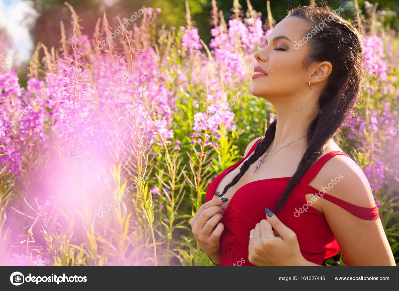 bastante feliz sonriente mujer morena en la naturaleza en el campo ...