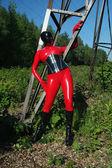 kurvige alien Trägerin rot schwarzen Latex-Catsuit, Korsett und Maske auf der Straße
