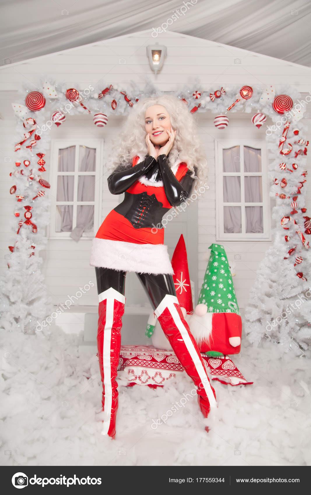 Hübsche Blonde Weihnachtsfrau Trägt Rote Silvester Kleid Und ...