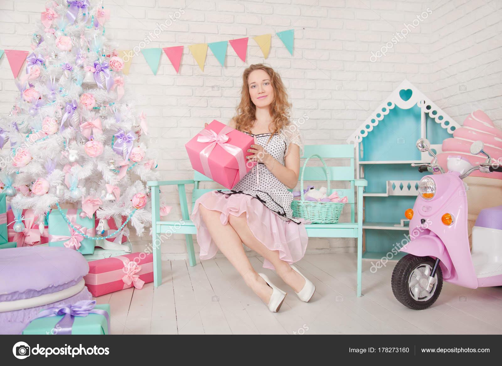 31eae2a1c20 Pěkné Dospívající Dívka Roztomilé Šaty Vánoční Stromeček Dárky ...