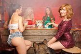 Fényképek gyönyörű lányok, kutyák egy bachelorette party, egy piros füstös bárban alkoholt, és birtoklás móka-val fehér liszt