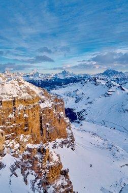 """Картина, постер, плакат, фотообои """"прекрасный панорамный вид на селларонду - самую большую лыжную карусель в европе - катание на лыжах четыре самых известных перевалов в доломитовых альпах, италия; необыкновенные снежные вершины доломитов, южные альпы фото"""", артикул 348908098"""