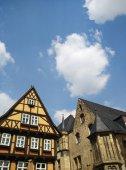 Starých budov s oblohou