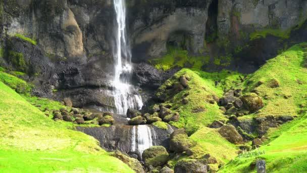 Pohled z vysokého vodopádu v slunečný den v jižním Islandu