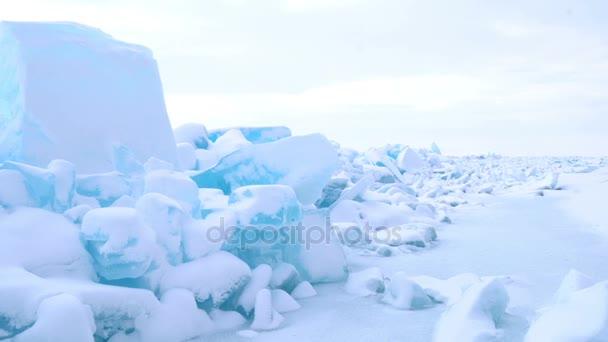 Nézd a jégtakaró blokkok a befagyott tó Bajkal, Oroszország, a téli időszakban 4k hó Uhd