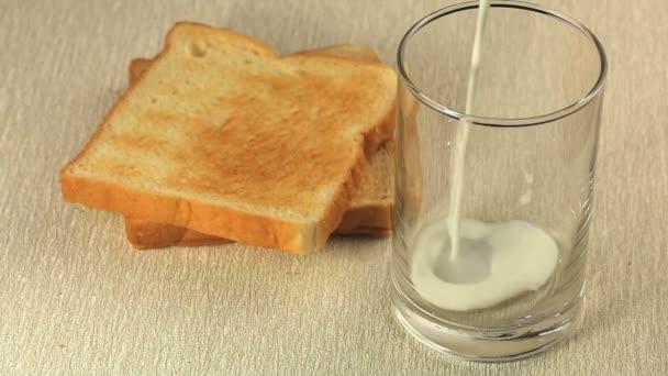 Jednoduchá snídaně s toasty a sklenicí čerstvého mléka