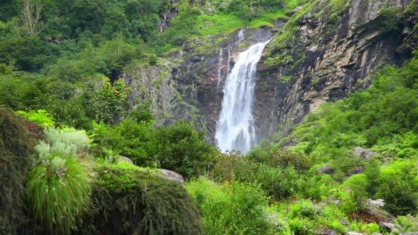Pohled na krásné vysoké vodopády v Ghangaria, Uttrakhand, Indie