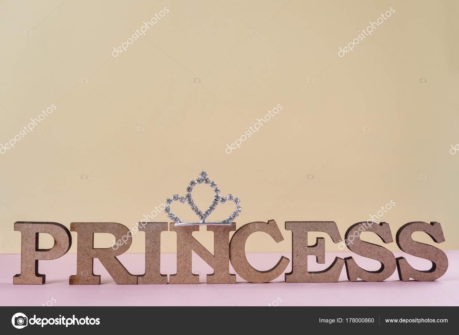 Слово Принцесса абстрактные деревянные буквы. Розовый фон ...