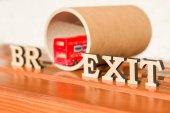 britischer Austritt aus der Europäischen Union, Brexit-Wort abstrakt in alten Buchstaben, Hintergrund Doppeldeckerbus Spielzeugmodell, Tunnel