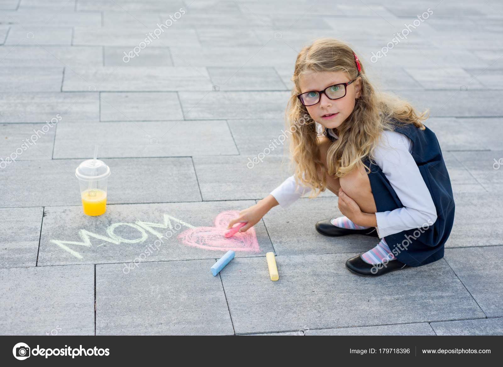 Девочка рисует секс