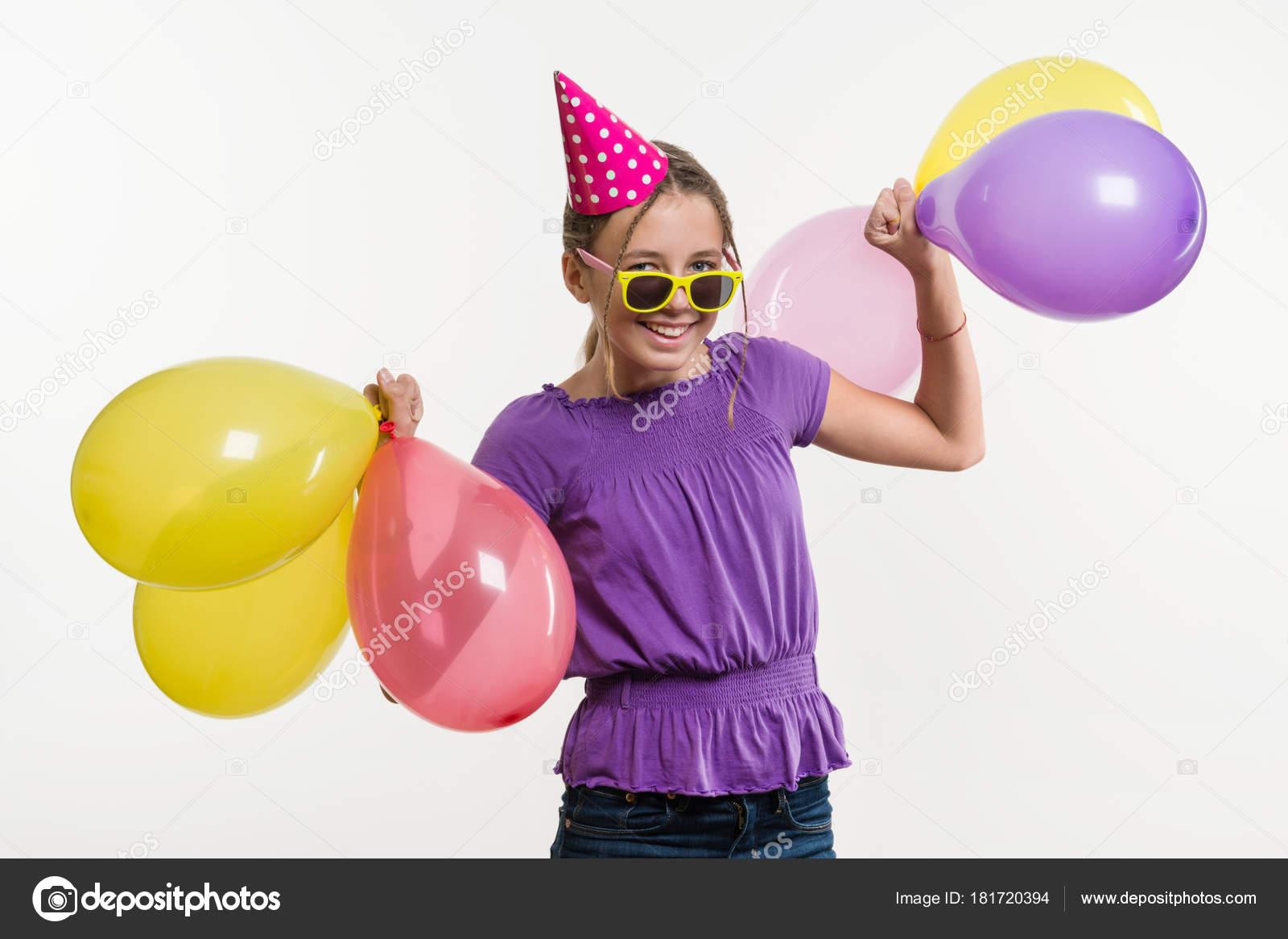 Chica feliz fiesta adolescente 12 a 13 años con globos — Foto de ...