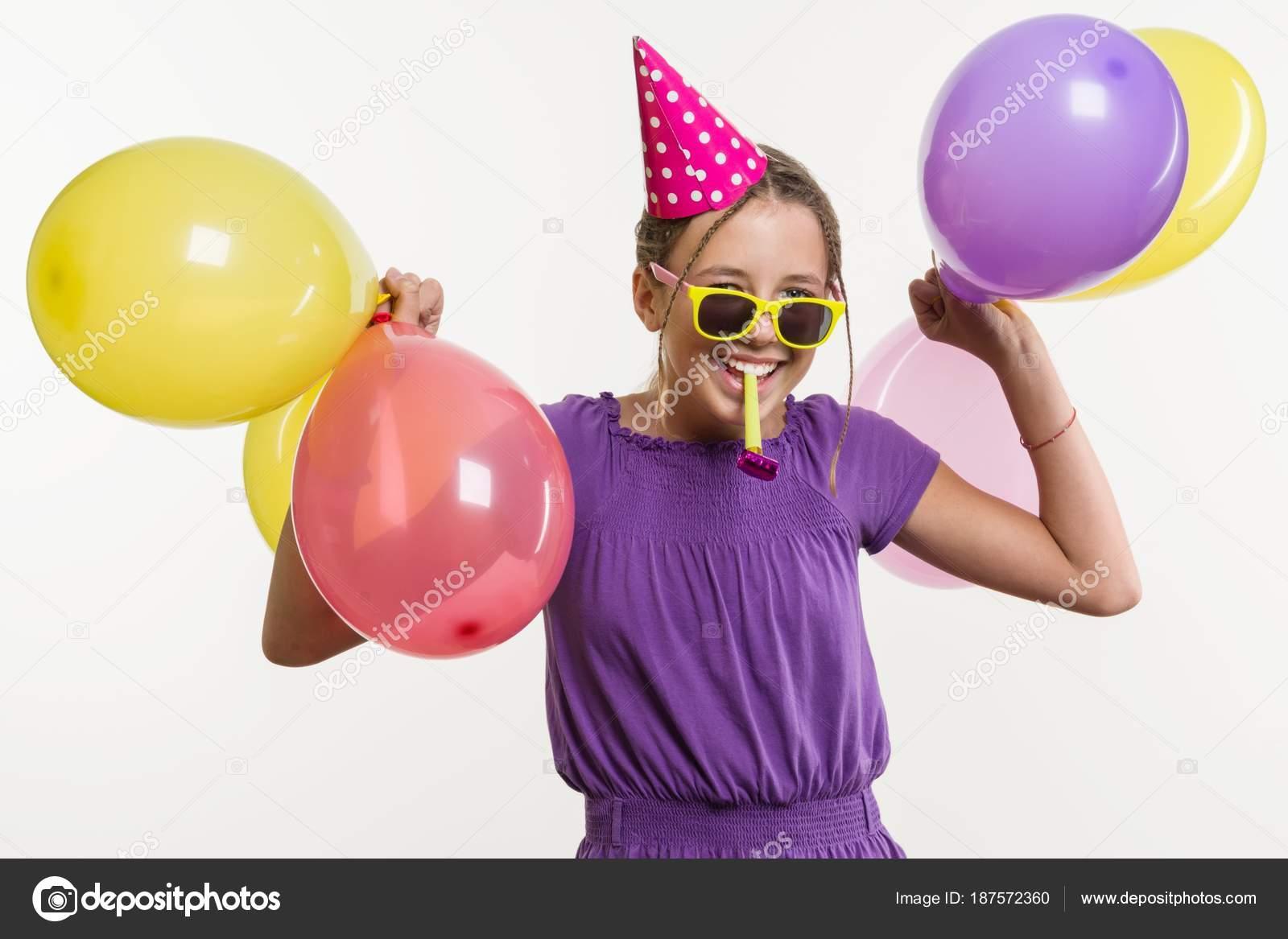 Niña adolescente alegre 12,13 años, con globos, sombrero fiesta ...