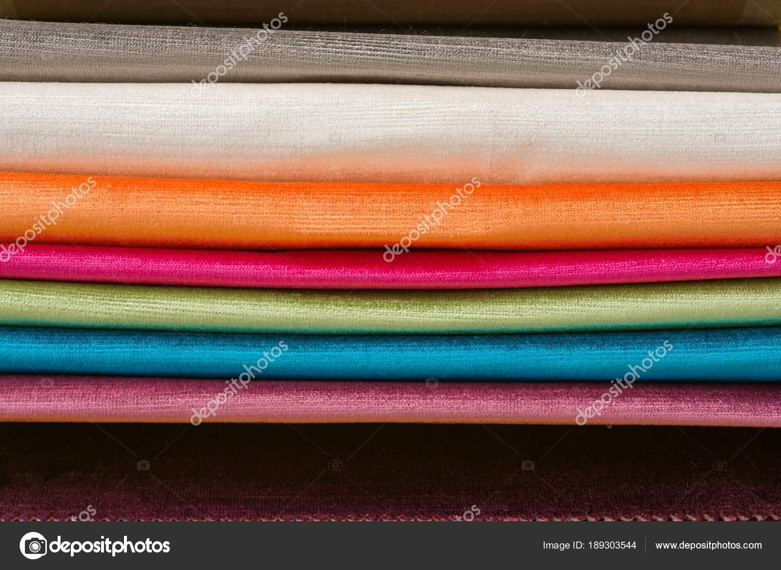 monsters van kleurrijke interieur stoffen boek van stoffen voor gordijnen bekleding stockfoto