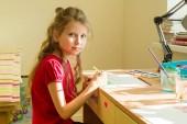 Rozkošný dívka 7 let, nakreslí akvarel na stole doma. Dětské tvořivosti, rekreace, vývoj