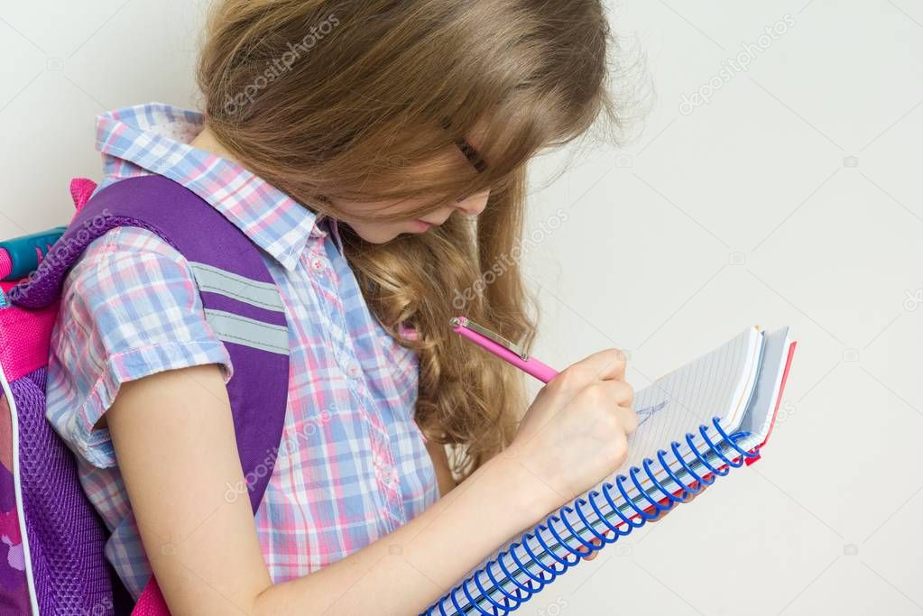 Mädchen Kind Grundschüler eine Brille mit einem Rucksack
