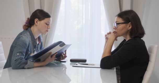 Nő szakmai pszichoterapeuta, pszichológus beszél tini lány az irodában