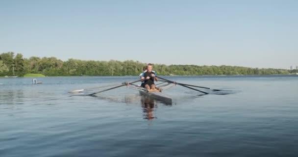 aktive gesunde Lebensweise Teenager. Jungen 15, 16 Jahre alt Paddel-Sport-Kajak auf dem Wasser