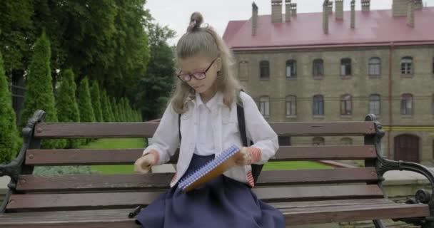 Lány fiatalabb iskolás lány szemüveges iskolai egyenruha írás szó start