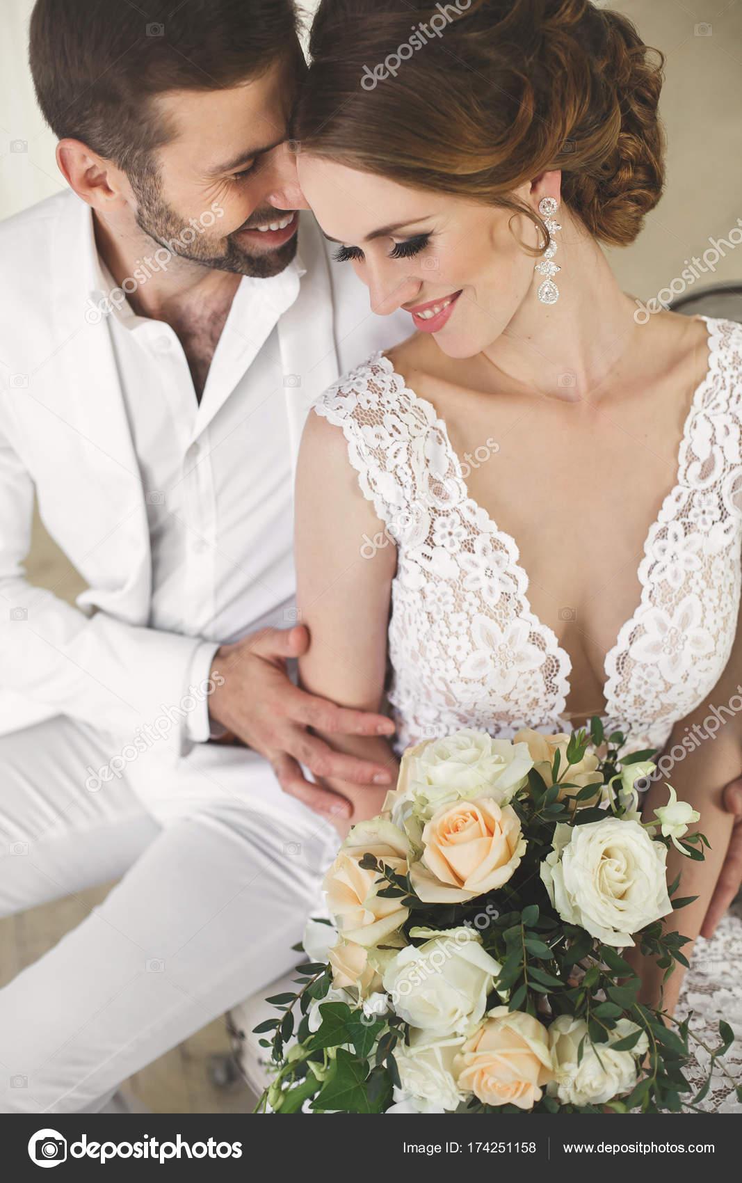 Schicke Hochzeit paar Bräutigam und Braut posiert in einem weißen ...