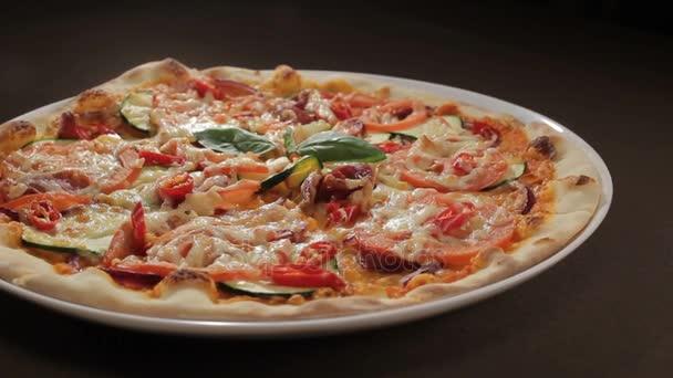 Italská Pizza Detailní záběr na bílé plotně proti černý stůl