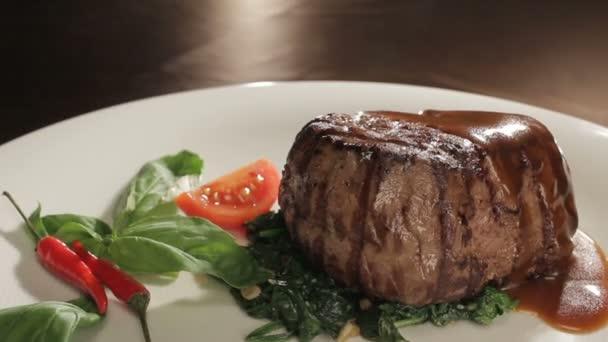 Grilované maso na talíři zeleninou zdobená kola