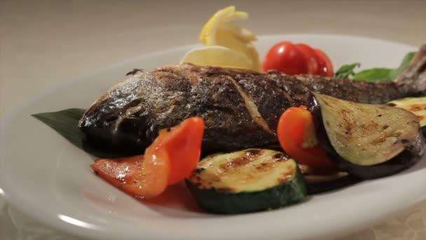 Rybu zeleninou zdobená kola na desce