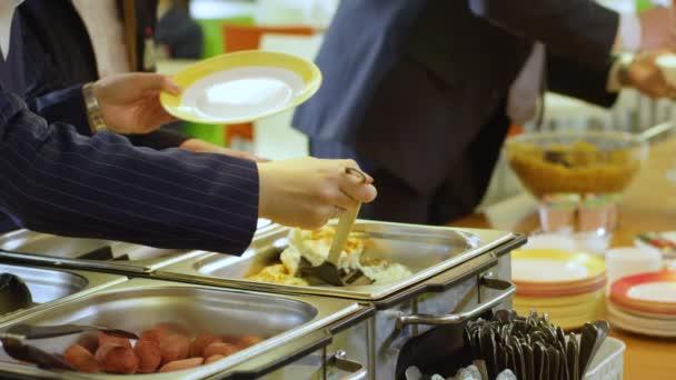 Žáci dát jídlo na talíř v kantýně
